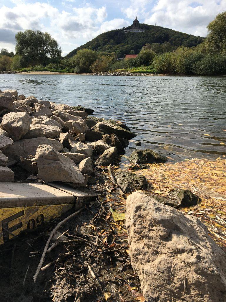 Niedrigwasser am Pegel Porta - Blick zum Kaiser Wilhelm Denkmal